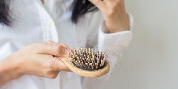 naturalne kosmetyki na wypadające włosy