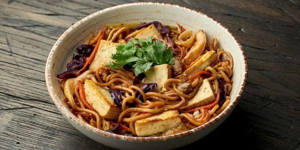 Makaron soba z warzywami i tofu